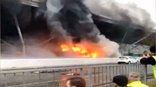 L'incendie, qui a été complètement maîtrisé en une quarantaine de minutes, n'a pas fait de blessé mais les dégagements de fumée ont entraîné l'évacuation partielle de l'aéroport, vendredi 31 mars. (HO / SAM THOMPSON / AFP)