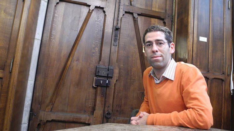 Henri Chalet, dans la sacristie de Notre-Dame de Paris.  (LCA/Culturebox)