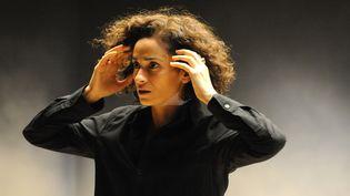 """La comédienne Rachida Brakni sur la scène de la Comédie de Saint-Etienne où elle joue actuellement """"Je crois en un seul dieu"""" de Stefano Massini.  (Sonia Barcet)"""