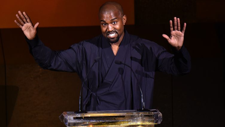 """Kanye West à la remise du prix """"Fashion Icon"""" en 2015 à New York. (MICHAEL LOCCISANO / GETTY IMAGES NORTH AMERICA)"""