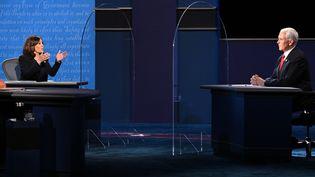 Kamala Harris et Mike Pence, séparés par deux vitres en plexiglas pendant leur débat télévisé du 7 octobre 2020. (ROBYN BECK / AFP)