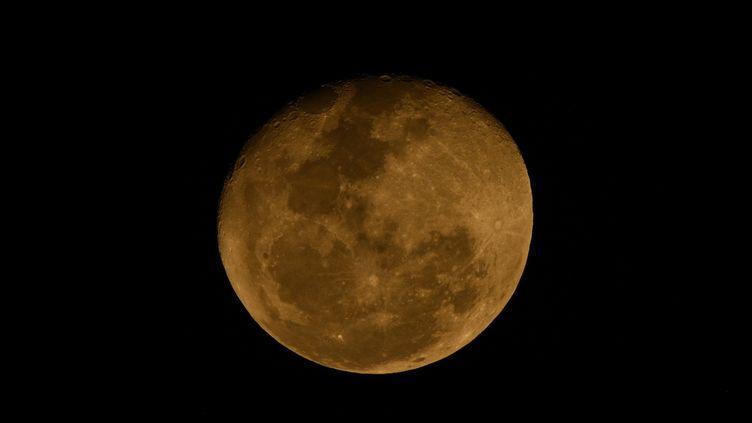 La Lune vue d'Argentine, le 5 aout 2020. (JUAN MABROMATA / AFP)