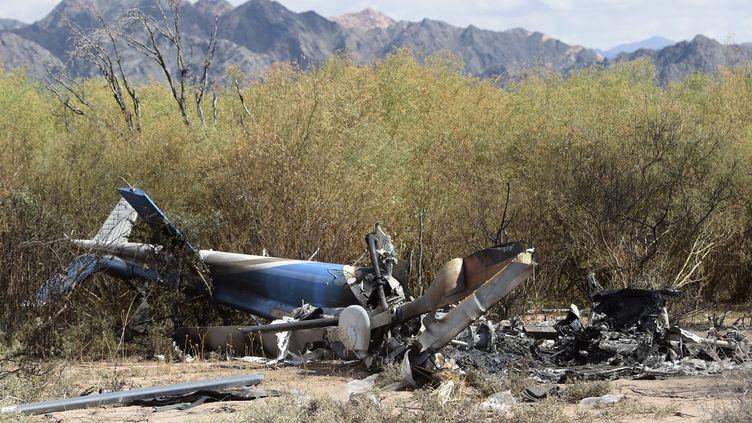 """Les débris de deux hélicoptères, après un accident survenu dans la province de La Rioja (Argentine), sur le tournage de l'émission de TF1 """"Dropped"""", le 10 mars 2015. (JUAN MABROMATA / AFP)"""