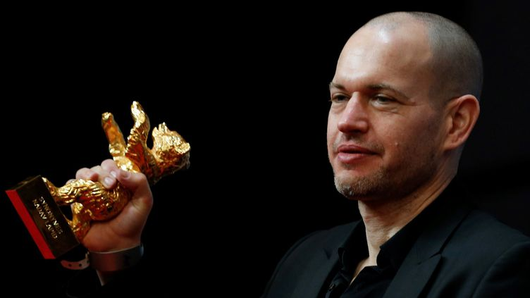 Le réalisateur israélien Nadav Lapid reçoit L'Ours d'or à la 69e Berlinale le 16 février 2019.  (Abdulhamid Hosbas / Anadolu Agenct/ AFP  )
