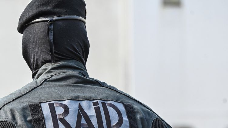 Un membre du Raid lors d'une cérémonie d'hommage à Stéphanie Monfermé, tuée lors d'une attaque terroriste islamiste au commissariat de Rambouillet (Yvelines), le 30 avril 2021. (DENIS CHARLET / AFP)