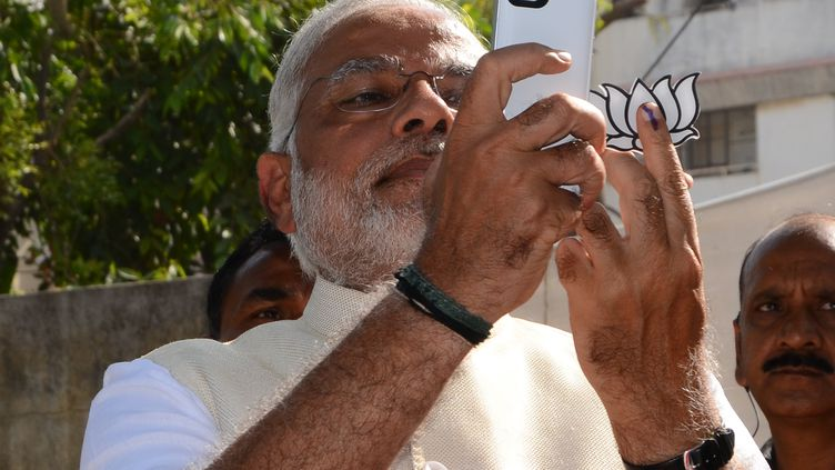 Le Premier ministre indien Narendra Modiprend un selfiedurant sa campagne, en 2014. (STRDEL / AFP)