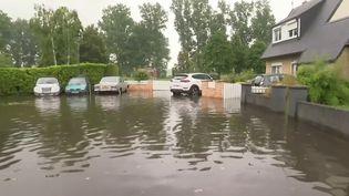 Chaque jour, une nouvelle région de France est touchée par des orages. Des pluies diluviennes se sont abattues sur la Somme et le Pas-de-Calais, dans la nuit du lundi au mardi 29 juin. D'importantes inondations ont eu lieu à Béthune et Abbeville. (CAPTURE ECRAN FRANCE 3)