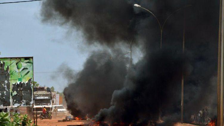 La rue s'embrase à Ouagadougou après l'annonce du coup d'Etat. (AHMED OUOBA / AFP)