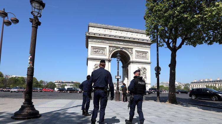 Des policierssur les Champs-Elysée à Paris, le 21 avril 2017, au lendemain de l'attaque du terroriste Karim Cheurfi. (MAXPPP)