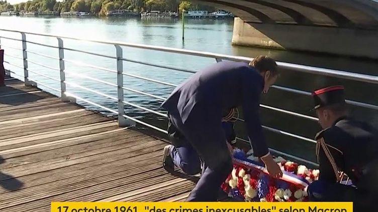 Emmanuel Macron dépose une gerbe de fleurs, lors de lacommémoration officielle du 17 octobre 1961, à Colombes (Hauts-de-Seine), le 16 octobre 2021. (FRANCEINFO / FRANCE TELEVISION)
