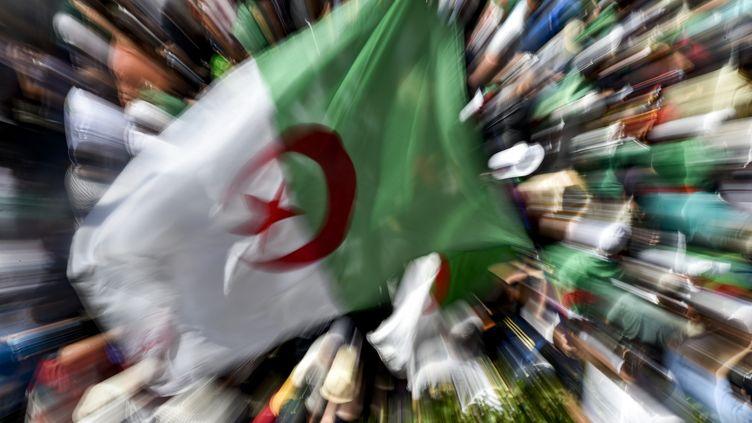 Des manifestants algériens à Alger lors du 26ème vendredi consécutif deprotestation, le 16 août 2019. (RYAD KRAMDI / AFP)