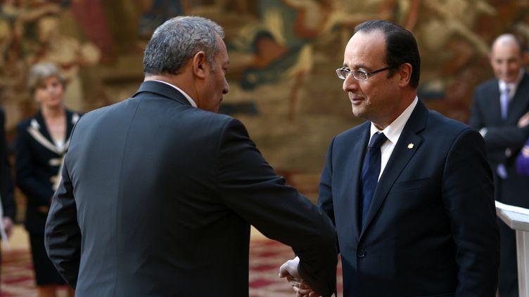 L'ancien ambassadeur de France en Andorre Zaïr Kédadouche et le président François Hollande, le 22 février 2013 au palais de l'Elysée, à Paris. (MAXPPP)