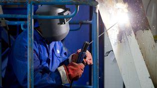 Un soudeur sur un chantier, à Paris, en 2008. (SÉBASTIEN RABANY / PHOTONONSTOP / AFP)