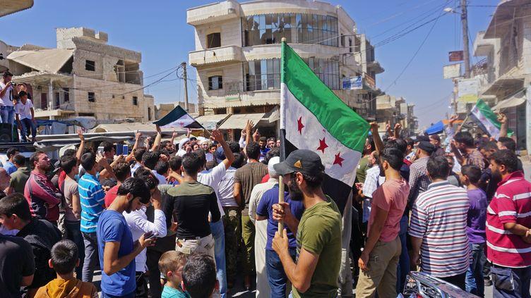 Manifestation de Syriens contre le régime de Bachar al-Assad à Idlib, vendredi 31 août. (MUHAMMAD HAJ KADOUR / AFP)