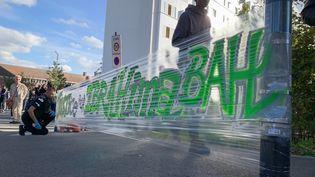 Banderole en hommage à Ibrahima, mort à moto à proximité d'un contrôle policier à Villiers-le-Bel (Val d'Oise), le 7 octobre 2019. (FRÉDÉRIC DUGIT / MAXPPP)
