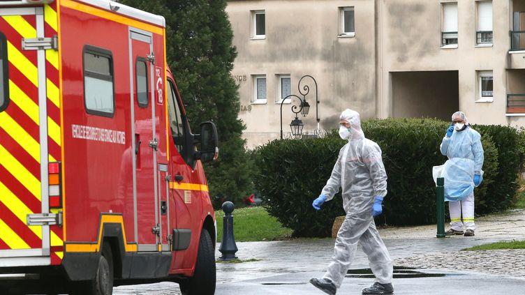 Les services d'urgence interviennent alors qu'une personne a les symptômes du coronavirus, le 2 mars 2020, dans une maison de retraite de Crépy-en-Valois (Oise). (FRANCOIS NASCIMBENI / AFP)