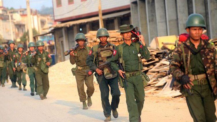 Soldats birmans en patrouille dans la ville birmane deLaogaï, le 16 février 2015. (AFP / STRINGER)