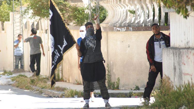 (Heurts entre salafistes et forces de l'ordre dans la banlieue de Tunis à Ettadhamen le 19 mai 2013 © Maxppp)