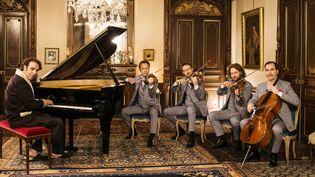 """Chilly Gonzales et le Kaiser Quartett de Hambourg, complices pour l'album """"Chambers"""".  (Alexandre Isard)"""