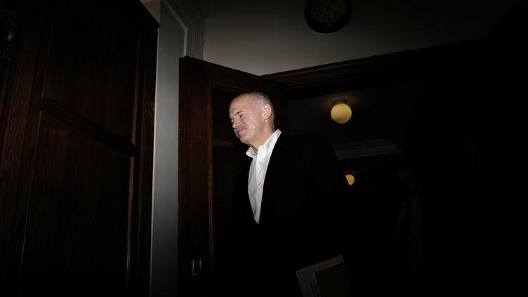 Le Premier ministre grec Georges Papandréou se rend à une réunion au parlement d'Athènes, le 8 novembre 2011. (ARIS MESSINIS / AFP)