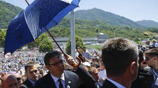 Attaqué par une foule en colère, lePremier ministre serbe, Aleksandar Vucic, est évacué le 11 juillet 2015 de la cérémonie de commémoration du 20e anniversaire du massacre de Srebrenica, en Bosnie orientale. (STOYAN NENOV / REUTERS)