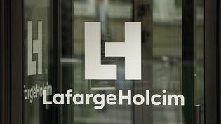 Le logo du cimentier Lafarge au sigèe du groupe.. (YOAN VALAT / EPA)