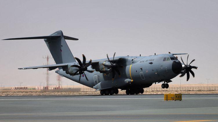 Un avion de l'armée de l'air du Royaume-Uni lors d'une opération d'évacuation de personnes en provenance d'Afghanistan, à l'aéroport Al-Maktoum à Dubai (Emirats Arabes Unis), le 19 août 2021. (GIUSEPPE CACACE / AFP)