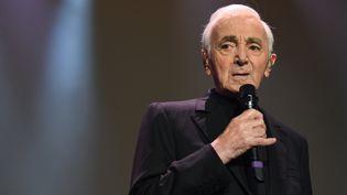 Charles Aznavour lors de son concert à l'AccorHotels Arena, le 13 décembre 2017 à Paris. (ERIC FEFERBERG / AFP)