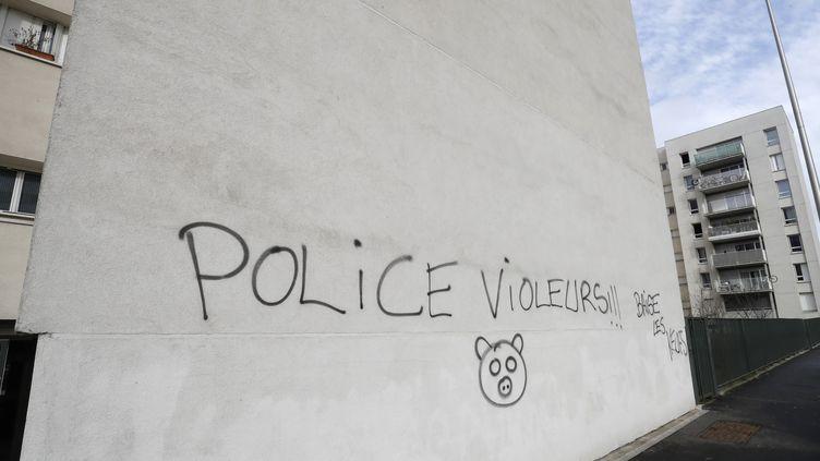"""Un grafitti """"police violeurs"""" sur un mur d'Aulnay-sous-Bois, où un jeunehomme de 22 ans a étéblessé à l'anus lors d'un contrôle de police jeudi 2 février 2016. (FRANCOIS GUILLOT / AFP)"""