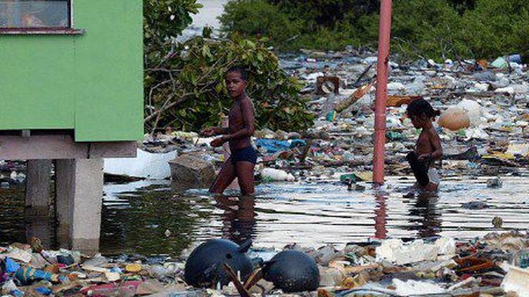 Les fréquentes inondations subies par l'archipel des Tuvalu polluent les sols et rendent l'eau de source impropre à la consommation (AFP PHOTO / TORSTEN BLACKWOOD)