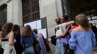 Des lycéens découvrent les résultats du baccalauréat à Paris, le 5 juillet 2018. (THOMAS SAMSON / AFP)