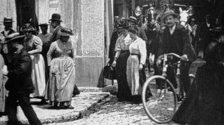 """""""La sortie des usines"""", un des plus célèbres films des frères Lumière, d'une durée de 38 secondes !  (Institut Lumière)"""