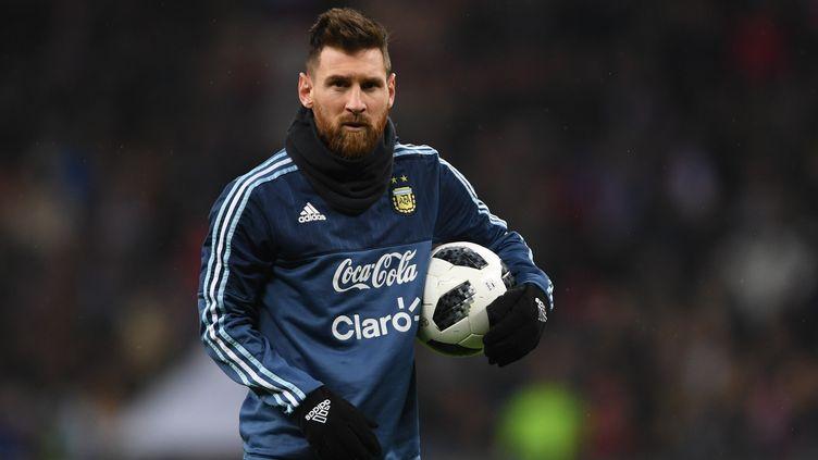 Lionel Messi avec Telstar 18, ballon officiel de la Coupe du monde en Russie. (ALEXEY FILIPPOV / SPUTNIK)
