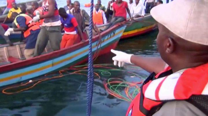 Des sauveteurs tanzaniens après le naufrage du «MV Nyerere» le 21 septembre 2018. (Reuters TV/via REUTERS)