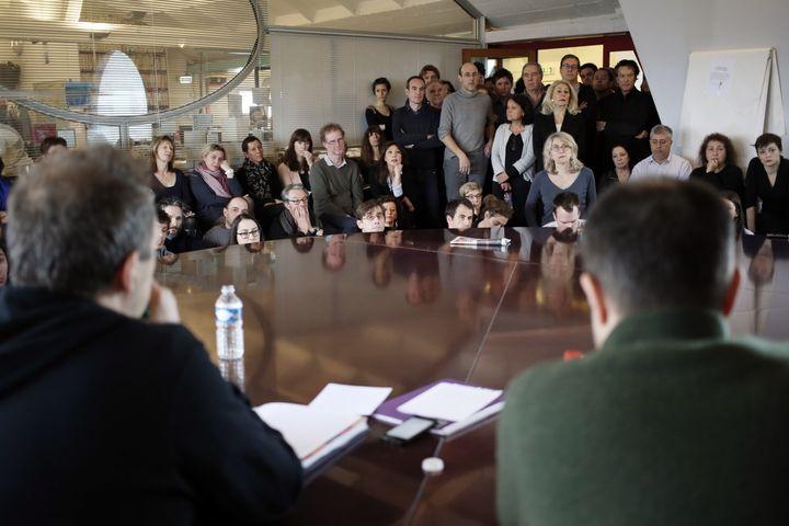 """Les salariés de """"Libération"""" se réunissent en assemblée générale, le 20 février 2014. (KENZO TRIBOUILLARD / AFP)"""