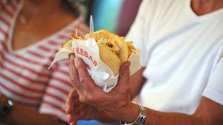 Un vendeur tient un kebab avec des frites. Photo d'illustration. (FRANK PERRY / AFP)
