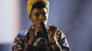 La chanteuse Imany sur la scène des Victoires de la musique, le 10 février 2017, au Zénith de Paris. (THOMAS SAMSON / AFP)