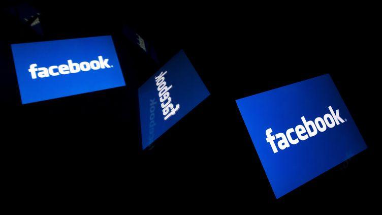 Le logo de Facebook, le 7février 2019, lors d'un événement à Paris. (LIONEL BONAVENTURE / AFP)