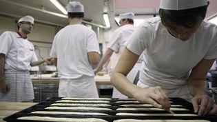 Un apprenti peaufine ses baguettes à l'Institut national de la boulangerie-pâtisserie, le 20 novembre 2012 à Rouen (Seine-Maritime). (CHARLY TRIBALLEAU / AFP)