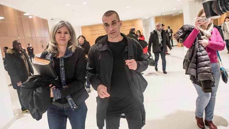 Piotr Pavlenski arrive au tribunal de première instance de Paris, avec son ancienne avocate Dominique Beyreuther-Minkov, à Paris le 10 janvier 2019. (MAXPPP)