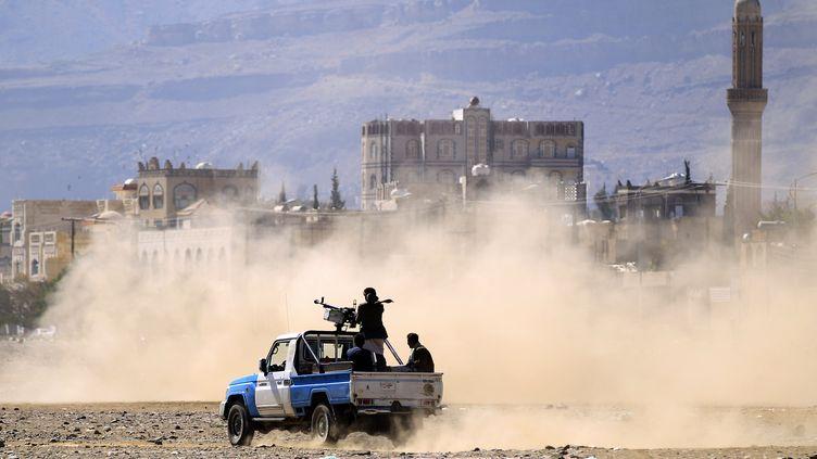 Des Yéménites sur une camionnette armée à Sanaa, la capitale du Yémen, le 19 décembre 2018. (MOHAMMED HUWAIS / AFP)