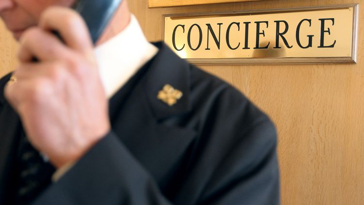 Un concierge dans un hôtel de luxe. Photo d'illustration. (JEAN CHRISTOPHE MAGNENET / AFP)