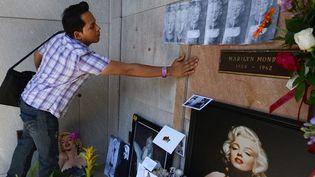 Un admirateur venu du Nicaragua, Omnar Mayorga, rend son hommage à Marilyn (5 août 2012)  (Robyn Beck / AFP)