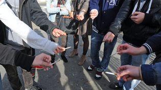 Des jeunes fument devant un lycée, à Niort, le 25 octobre 2012. (PHILIPPE BONNARME / MAXPPP)