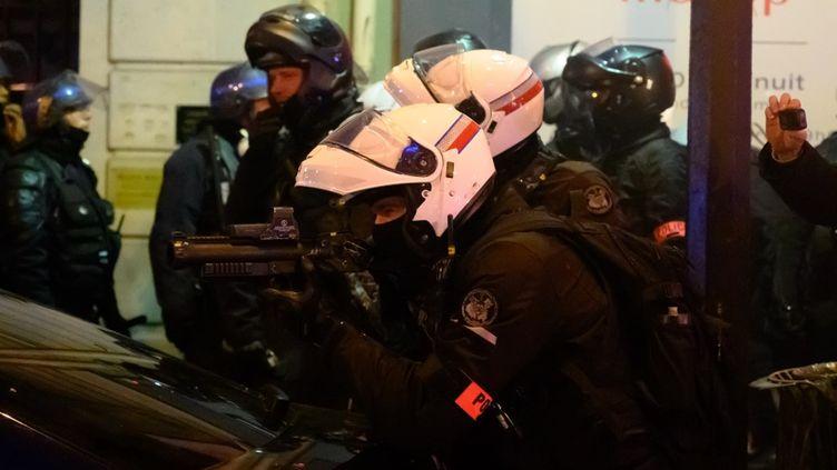 Un policier muni d'un lanceur de balles de défense, le 18 janvier 2020 à Paris. (ESTELLE RUIZ / NURPHOTO)
