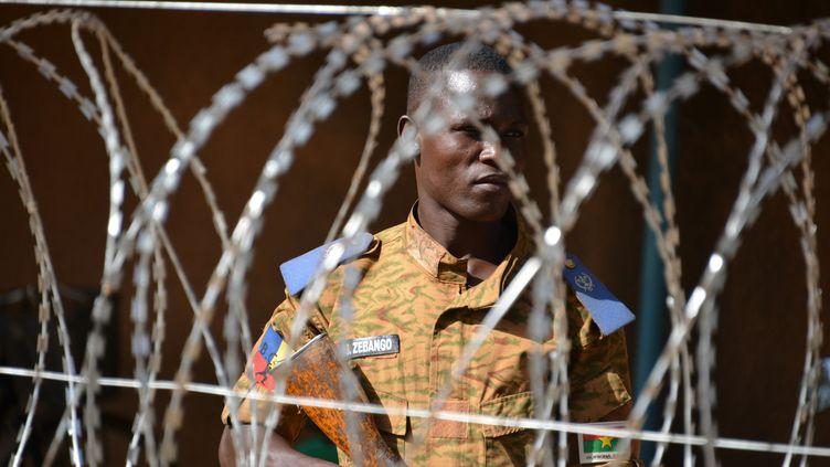 Un soldat burkinabé en faction devant l'état-major de l'armée à Ouagadougou, le 3 mars 2018. (AHMED OUOBA / AFP)
