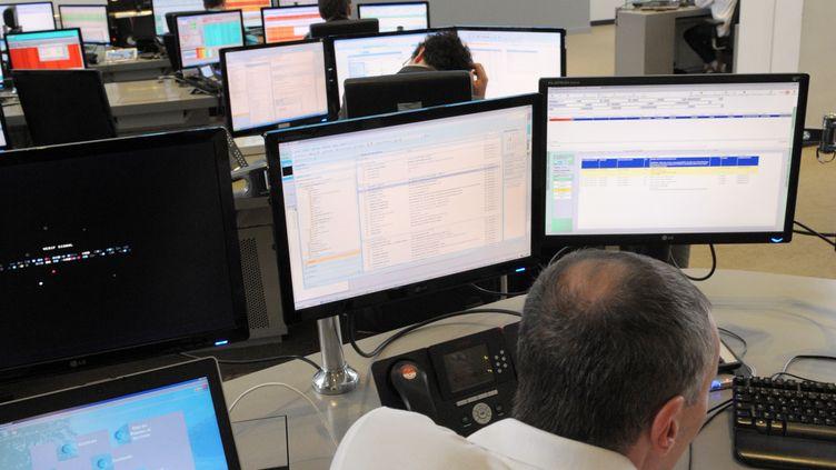 Un salarié travaille dans la salle de contrôle de Bouygues Telecom, le 1er octobre 2013, à Meudon (Hauts-de-Seine). (ERIC PIERMONT / AFP)