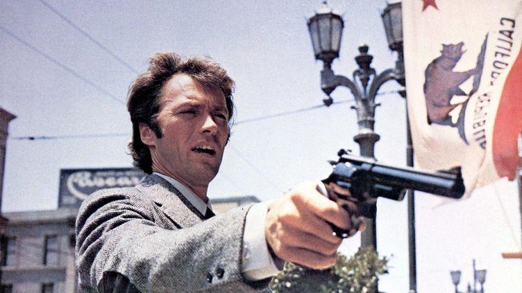 """L'acteur américain Clint Eastwood dans le film """"Dirty Harry"""" (1971), de Don Siegel. (KOBAL / AFP)"""