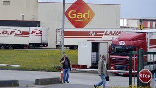 Deux employés quittent le site des abattoirs Gad, à Josselin (Morbihan), le 11 août 2014. (MIGUEL MEDINA / AFP)