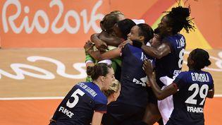 Les handballeuses françaises célèbrent leur victoire face aux Pays-Bas en demi-finale des Jeux olympiques, à Rio (Brésil), le 18 août 2016. (JAVIER SORIANO / AFP)